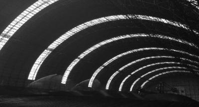 """""""超级帐篷""""——厂区内的全封闭煤场,安全设施齐全、设计方案达到国内先进水平。建成后的煤场全长252米,宽86米。中国经济导报记者宋阳/摄"""