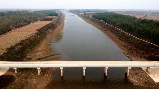 这是引黄入冀补淀工程河北衡水冀州段泊南桥(10月31日摄)